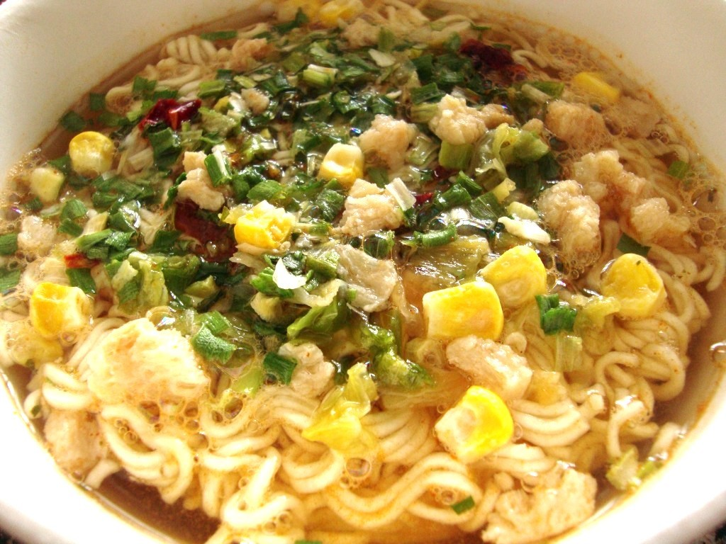 Nissin Bowl Noodles Hot & Spicy, Chicken